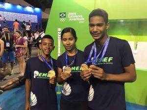 Equipe de Badminton mostrando as medalhas